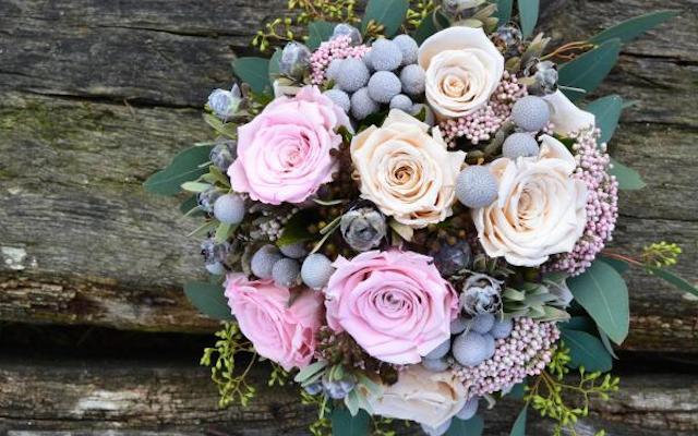 Искусственные цветы, листья, ягоды