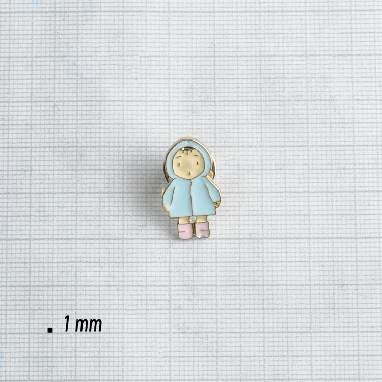 Значок пин Малыш в голубой шубке