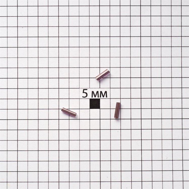 Бисер-стеклярус. Темно-сиреневый. Длина 7 мм, диаметр 2 мм.