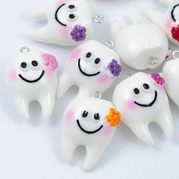 Пластиковая  подвеска Зуб