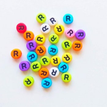 Пластиковая бусина-буква R