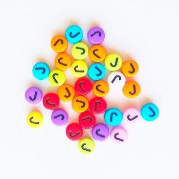 Пластиковая бусина-буква J